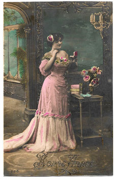 """Alte Foto Postkarte Neujahr """"BONNE ANNÉE"""" elegante Dame mit Geschenken, 1908"""