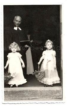Alte Fotografie Postkarte HOCHZEIT Priester und zwei kleine Blumenmädchen