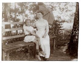 Alte Fotografie ELEGANTE DAME  MIT SPITZENKLEID UND SCHIRM SITZT MIT IHRER TOCHTER AUF EINER BANK, Mode um 1905