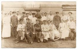 Alte Foto Postkarte KRANKENSCHWESTERN MIT VERLETZTEN SOLDATEN IM LAZARETT 1916