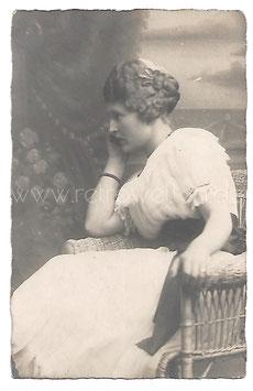 Alte Fotografie Postkarte PORTRAIT EINER NACHDENKLICHEN FRAU IM KORBSESSEL um 1918