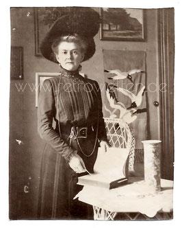 Alte Fotografie ERNSTE DAME MIT GROßEM HUT UND BUCH um 1905
