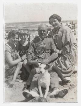 Alte Fotografie Familie mit Jack Russell Terrier Hund am Strand, 1920er Jahre