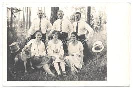 Alte Fotografie Postkarte Personen im Wald mit Schäferhund