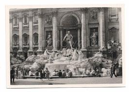 Alte Fotografie ROMA - Personen sitzen am Trevi Brunnen
