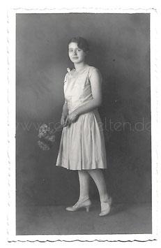 Alte Fotografie Postkarte JUNGE ELEGANTE FRAU MIT BLUMEN Mode 1920er Jahre