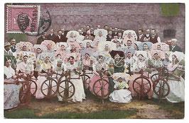 Alte Postkarte SPREEWALD - SPINNSTUBE Frauen in Tracht spinnen Wolle, 1921