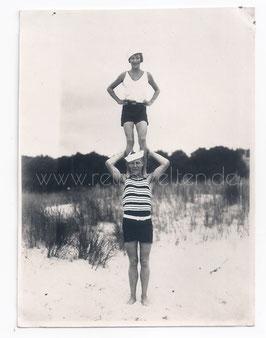 Alte Fotografie AKROBATIK AM STRAND IN HERINGSDORF, OSTSEE - BADEMODE 20er JAHRE