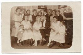 Alte Fotografie Postkarte HOCHZEIT  Brautpaar mit Hochzeitsgesellschaft, 1921