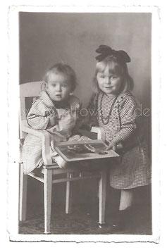 Alte Fotografie Postkarte  ZWEI KLEINE MÄDCHEN MIT BILDERBUCH, 1920