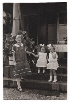 Alte Fotografie SÜSSE MÄDCHEN IN SONNTAGSKLEIDUNG, Kindermode 1930er Jahre