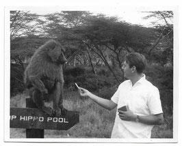 Alte Fotografie Mann gibt Pavianaffen eine Zigarette, 1964