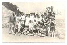 Alte Fotografie Postkarte Gruppenbild PERSONEN MIT HUND AM STRAND Bademode 20er Jahre