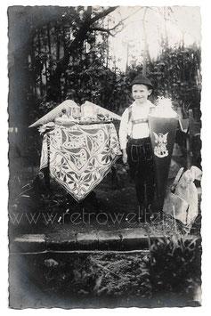 Alte Fotografie Postkarte  EINSCHULUNG süßer Junge mit Schultüte und Schulranzen, 1926