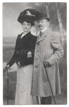Alte Foto Postkarte ELEGANTES PAAR MIT SPAZIERSTOCK UND HUT, 1908