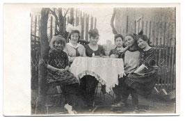 Alte Fotografie SECHS FRÖHLICHE MÄDCHEN um 1919
