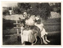 Alte Fotografie zwei elegante Mädchen mit Schäferhund, Italien 1920er Jahre
