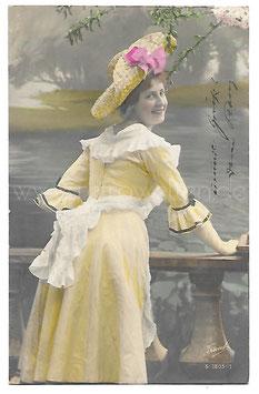 Alte Fotografie Postkarte  SCHÖNE FRAU MIT GELBEM KLEID, STROHHUT UND SCHÜRZE 1905