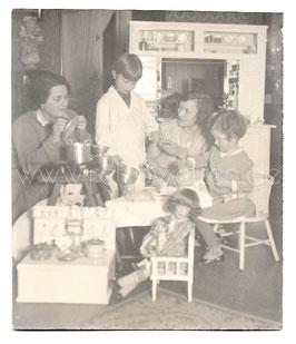Alte Fotografie MÜTTER SPIELEN MIT IHREN TÖCHTERN IN DER PUPPENKÜCHE, 1920er Jahre
