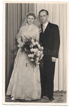 Alte Fotografie Postkarte HOCHZEIT  elegantes Brautpaar aus den 50er Jahren
