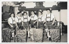 Alte Foto Postkarte MUSIKKAPELLE JACK SCHIESSL  fesche Musiker in Lederhose mit Blechblasinstrumenten