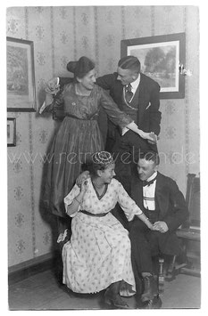Alte Foto Postkarte ZWEI ELEGANTE STUDENTEN-PAARE, Mode um 1915