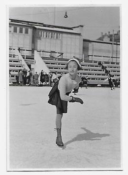 Alte Fotografie KLEINE SCHLITTSCHUHLÄUFERIN IM LINDE-STADION,  Nürnberg 1940er Jahre