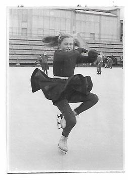 Alte Fotografie KLEINE SCHLITTSCHUHLÄUFERIN IM LINDE-STADION MACHT EINE PIROUETTE,  Nürnberg 1940er Jahre
