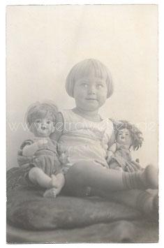 Alte Fotografie Postkarte SÜßES KLEINES MÄDCHEN MIT IHREN PUPPEN, 1921