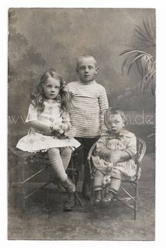 Alte Fotografie  Postkarte DREI SÜßE KLEINE GESCHWISTER-KINDER