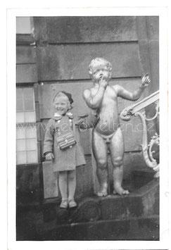 Alte Fotografie KLEINES MÄDCHEN MIT PUTTEN STATUE, 1930er Jahre