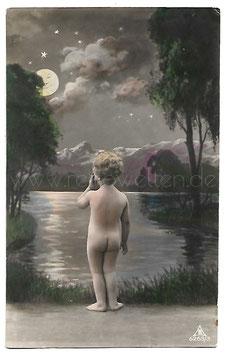 Alte Fotografie Postkarte KLEINES NACKTES KIND SCHAUT ZUM LÄCHELNDEN VOLLMOND HINAUF, 1935