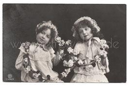 Alte Fotografie Postkarte  ZWEI KLEINE MÄDCHEN MIT ROSENGIRLANDEN, 1909