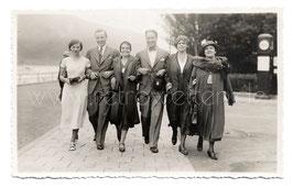 Alte Fotografie Postkarte ELEGANTE FAMILIE BEIM SONNTAGSAUSFLUG, 1933