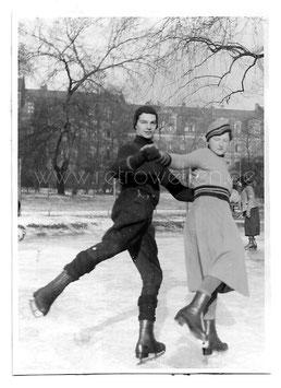 Alte Fotografie 2 SCHLITTSCHUHLÄUFER  Sport 1940er Jahre