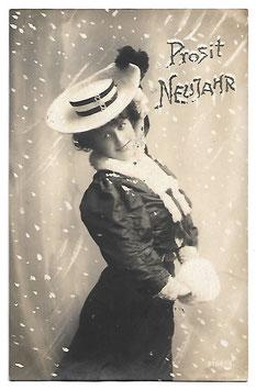 """Alte Postkarte """"PROSIT NEUJAHR!"""" elegante schöne Frau im Schnee, 1906"""