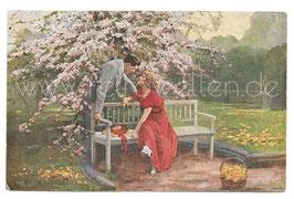 Alte Künstler Postkarte LIEBESPAAR FLIRTET UNTER EINEM BLÜHENDEN KIRSCHBAUM