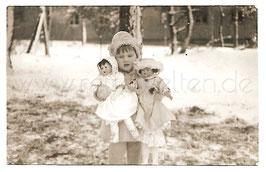Alte Fotografie Postkarte KLEINES MÄDCHEN MIT IHREN PUPPEN
