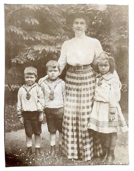 Alte Fotografie ELEGANTE MUTTER MIT IHREN DREI KINDERN IM MATROSENANZUG, um 1905