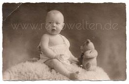 Alte Foto Postkarte KLEINER JUNGE MIT TEDDY SITZT AUF EINEM SCHAFFELL, 1925