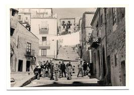 Alte Fotografie NEAPEL junge Männer auf den Treppen eines alten Wohnviertels