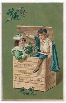 """Alte Lithografie Postkarte Neujahr """"VIEL GLÜCK ZUM NEUEN JAHRE!"""" Kinder in einer Holzkiste, Glücksklee"""