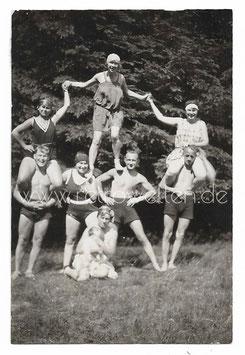 Alte Fotografie PERSONEN MIT BADEANZUG BILDEN EINE MENSCHENPYRAMIDE 1927