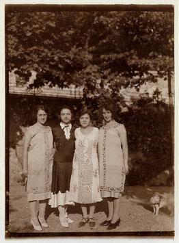 Alte Foto Postkarte VIER ELEGANTE JUNGE FRAUEN, Italien Mode 20er Jahre