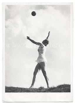 Alte Foto Postkarte SPIEL IM LICHT Frau wirft einen Ball in die Luft, 1930er Jahre