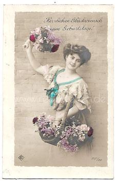 Alte Fotografie Postkarte HERZLICHEN GLÜCKWUNSCH ZUM GEBURTSTAGE  schöne Frau mit Blumenstrauß und Blumenkorb, 1911