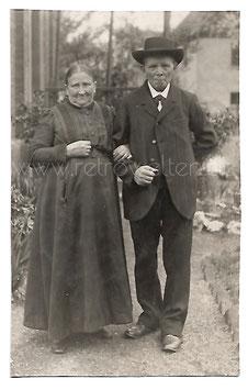 Alte Foto Postkarte ALTES BAUERNPAAR IN SONNTAGSKLEIDUNG um 1920