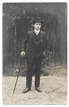 Alte Fotografie Postkarte ELEGANTER JUNGER MANN MIT MELONE UND SPAZIERSTOCK Herrenmode um 1910