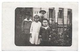 Alte Fotografie Postkarte  VIER KLEINE FREUNDE, Junge mit Matrosenanzug um 1915