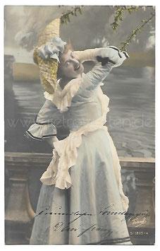 Alte Fotografie Postkarte  SCHÖNE FRAU MIT HELLBLAUEM KLEID, STROHHUT UND SCHÜRZE, 1905